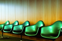 Plastový nábytek nabízí moderní a jednoduché řešení pro vybavení interiéru