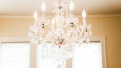 Neodmyslitelnou součástí každého obývacího pokoje je lustr. Inspirujte se stylem
