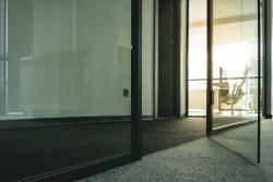 Skleněné dveře vypadají elegantně a navíc vizuálně šetří prostorem