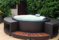 Příjemný relax i u vás doma. Nové venkovní vířivky Softub jsou moderní, přenosné a lehké